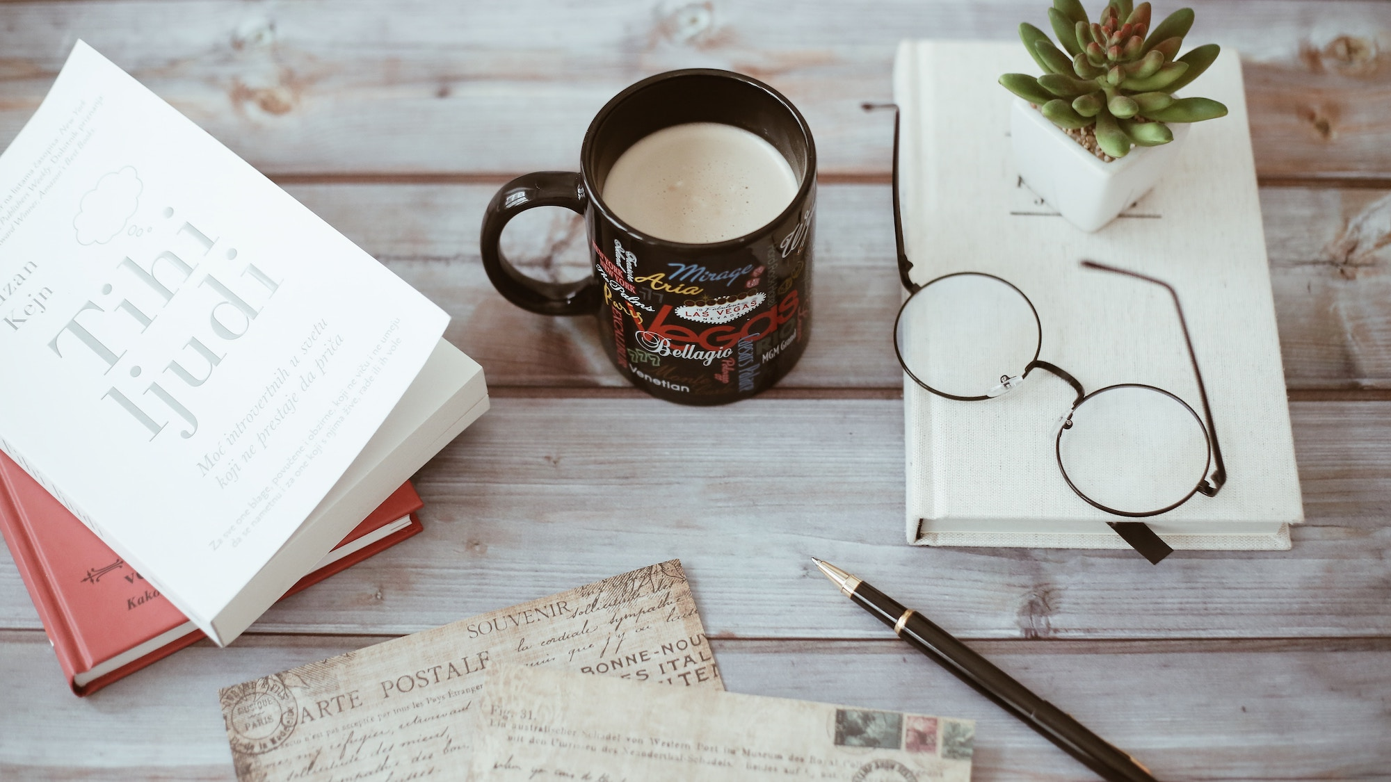 Người viết sách: nên bán bản quyền sách hay tự in sách sẽ có lợi hơn?